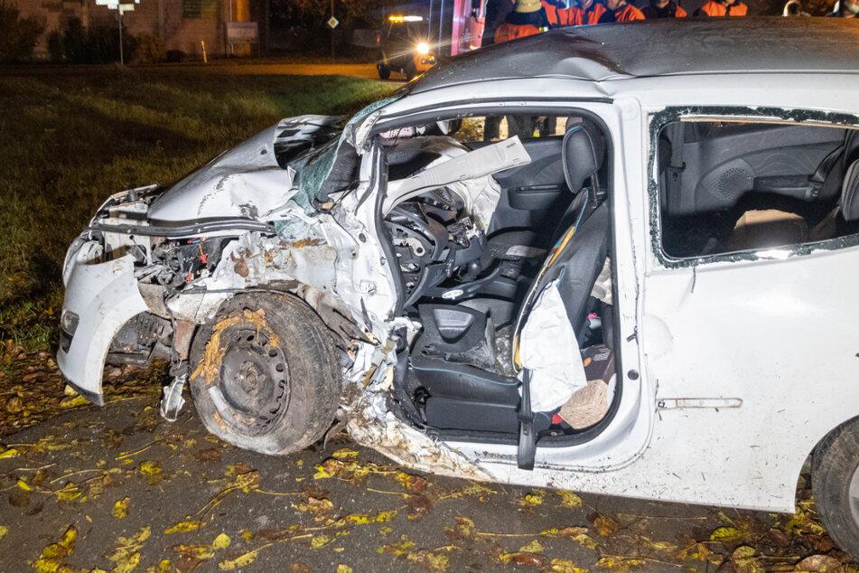Renault prallt gegen Baum: Frau in Autowrack eingeklemmt, Kind unter Verletzten