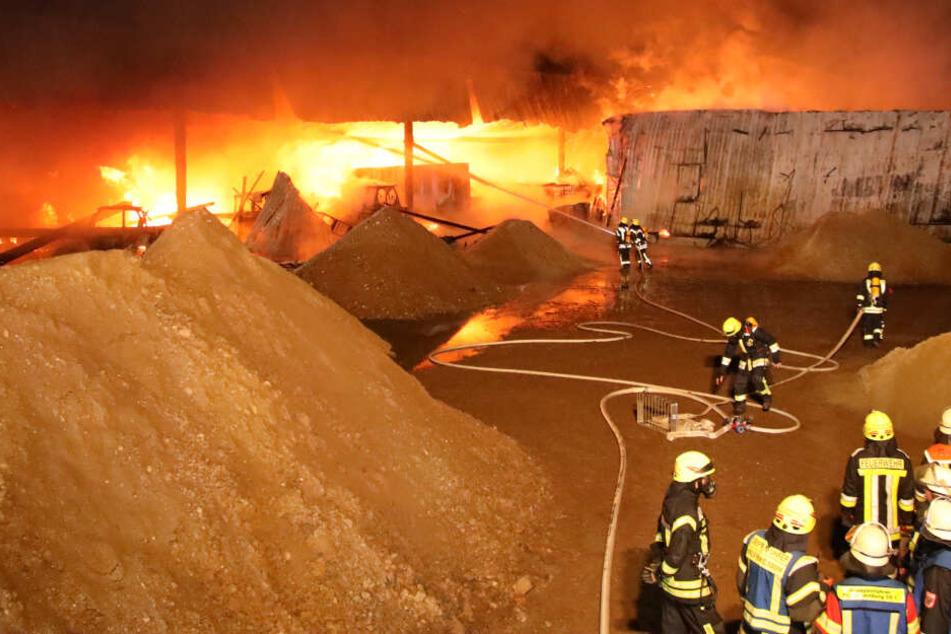 Meterhohe Flammen schlagen aus der Lagerhalle.