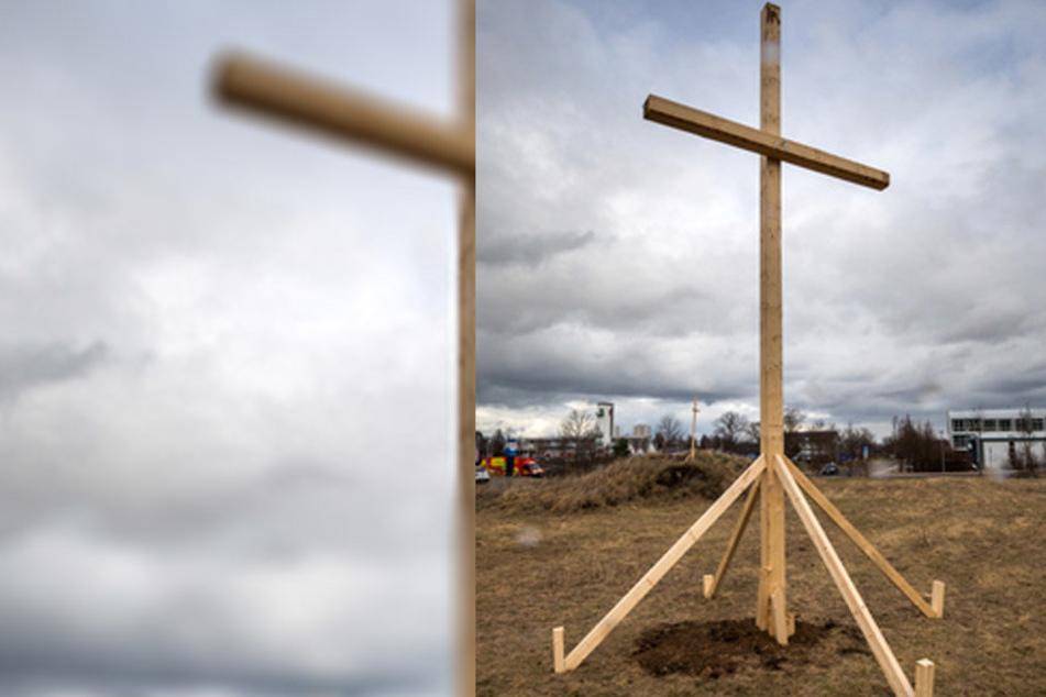 Gut 30 Personen waren laut den Initiatoren notwendig, um das Kreuz aufzustellen.
