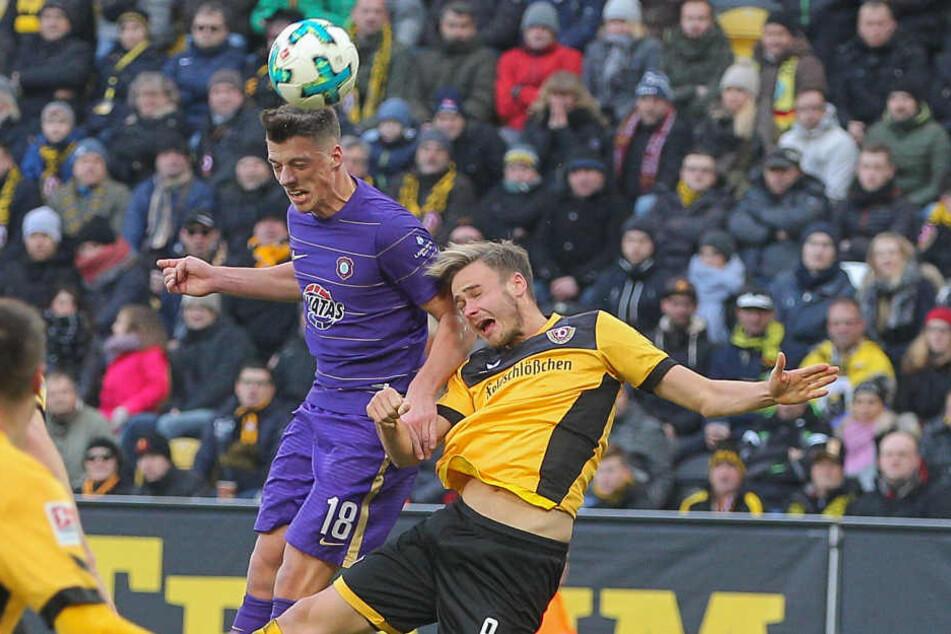 Nicolai Rapp (l., gegen Dresdens Lucas Röser) muss am Freitag zuschauen. Er sah bei Dynamo seine fünfte Gelbe.
