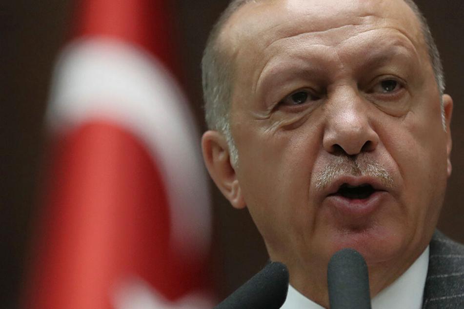 Erdogan kündigt Krieg an: Waffen und Truppen an Grenze verlegt