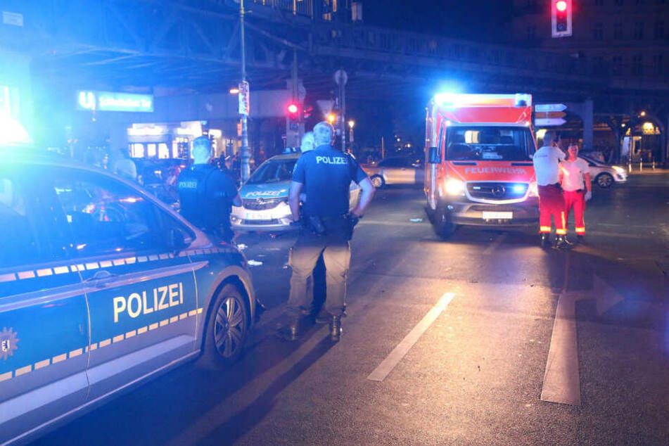 Polizei und Feuerwehr stehen am U-Bahnhof Schlesisches Tor.