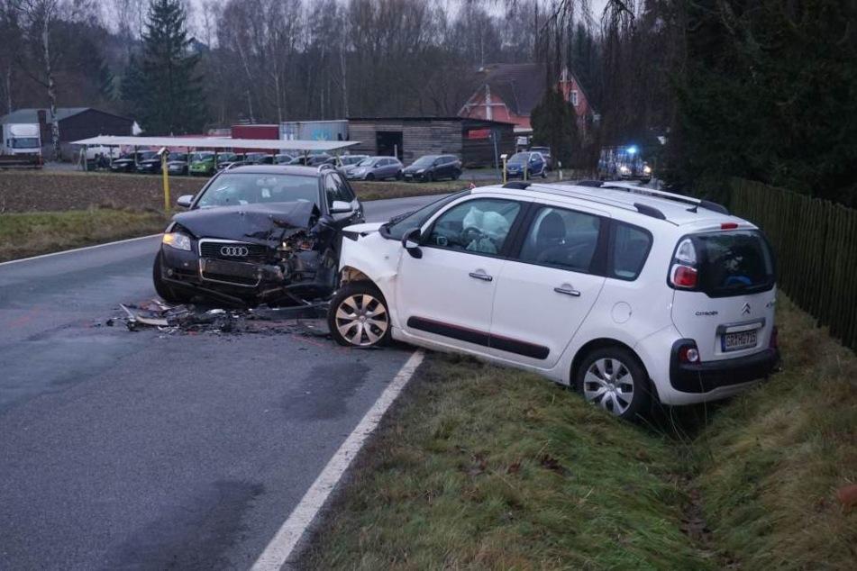 Bei einem Frontalcrash auf der S152 zwischen Oppach und Beiersdorf sind am Donnerstagmorgen drei Menschen verletzt worden.