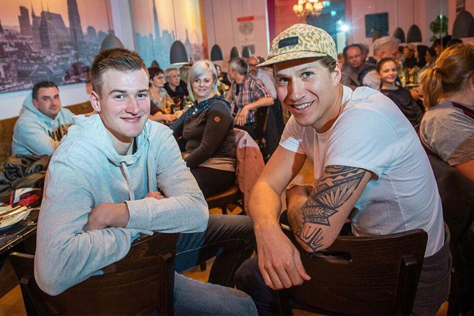 Kontakt mit den Fans: Malte Ziegenhagen (27, r.) und Leon Hoppe (19) beim ersten Niners-Fanstammtisch.