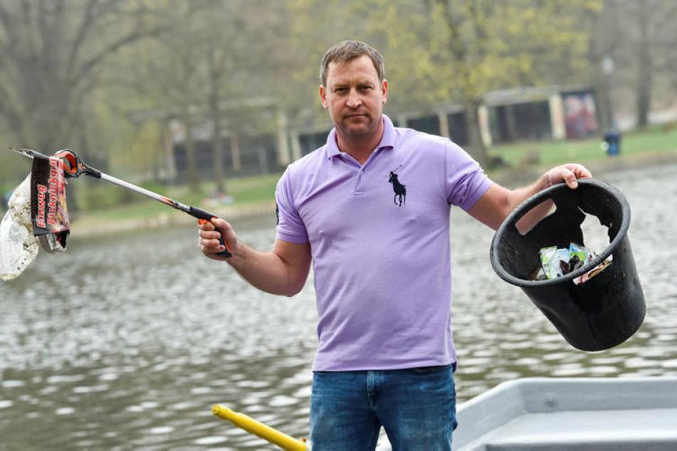 Milchhäuschen-Betreiber Falko Hirsch (43) fischt den Müll selbst aus dem Schloßteich.