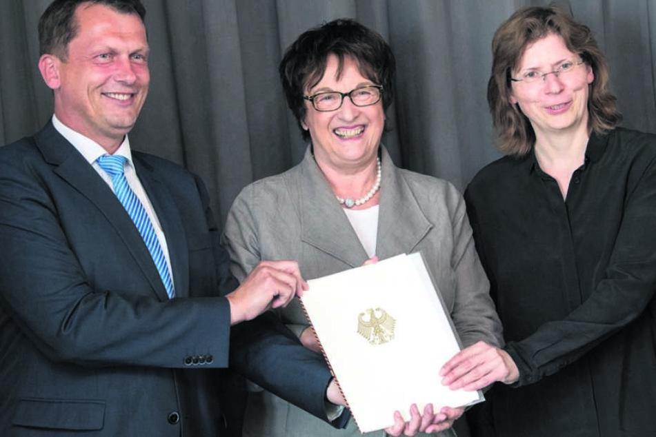 Bundeswirtschaftsministerin Brigitte Zypries (63, SPD, Mi.) in Boxberg mit  dem ersten Fördermittelbescheid.