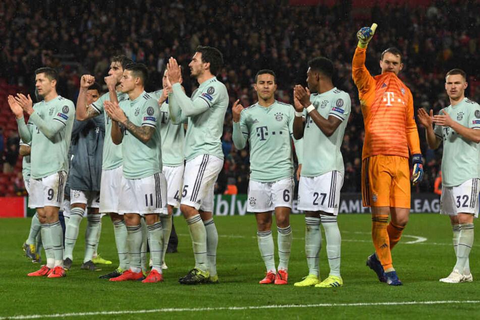 Die Spieler von München bedanken sich nach dem torlosen Unentschieden bei den Fans in Liverpool: Rückt der FC Bayern ins Viertelfinale, winkt eine fette Prämie.