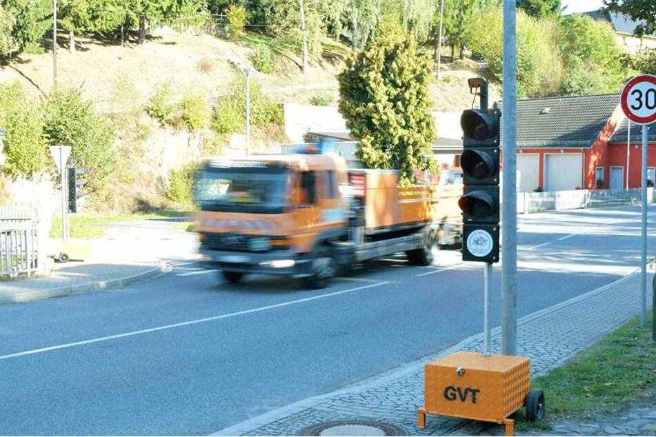 In Eschdorf wird eine Fußgängerampel errichtet. Eine mobile Ampel leitet den Verkehr zeitweise an der Baustelle vorbei.