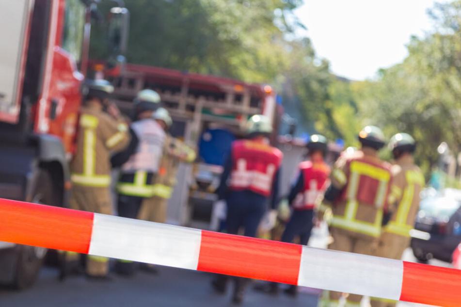 Die Einsatzkräfte befreiten einen Autofahrer aus einem Unfallwagen, dann brach der Feuerwehrmann zusammen. (Symbolbild)
