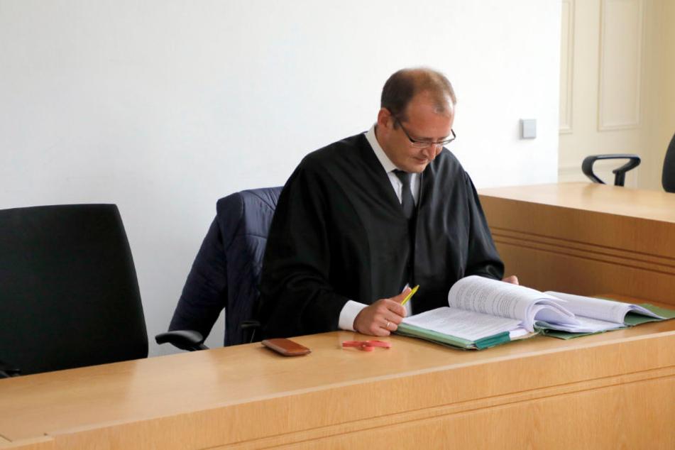 """Der Platz neben Rechtsanwalt Torsten Rimpler blieb am Dienstag leer - Jens B. """"versteckte sich"""" im Krankenhaus."""