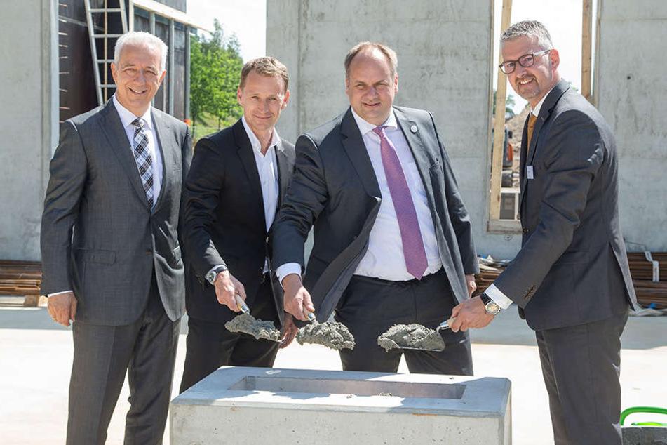 Am Montag legten Ministerpräsident Stanislaw Tillich (l.) und OB Dirk Hilbert (3.v.l.) den Grundstein für den neuen Firmensitz.