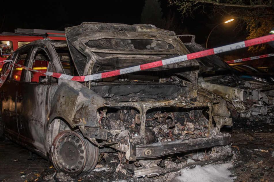Von dem Auto ist nach dem Brand nicht mehr viel übrig.