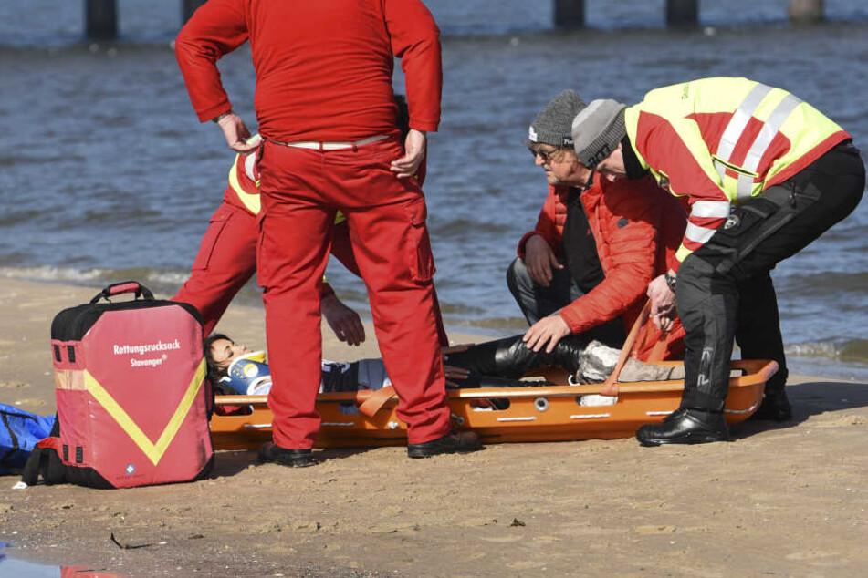Die Schauspielerin liegt verletzt am Boden.