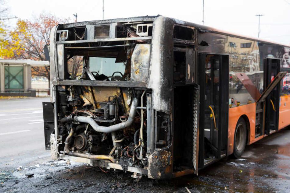 Im Heckbereich fing der Bus Feuer. (Symbolbild)
