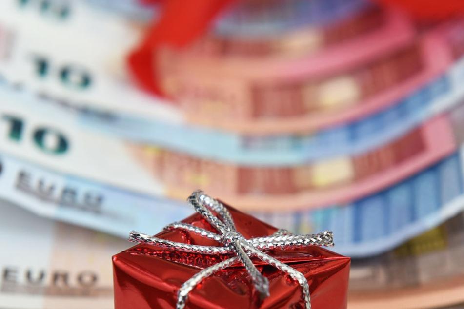 Die Höhe des Weihnachtsgelds ist in tarifgebundenen Unternehmen in NRW recht unterschiedlich (Symbolbild).
