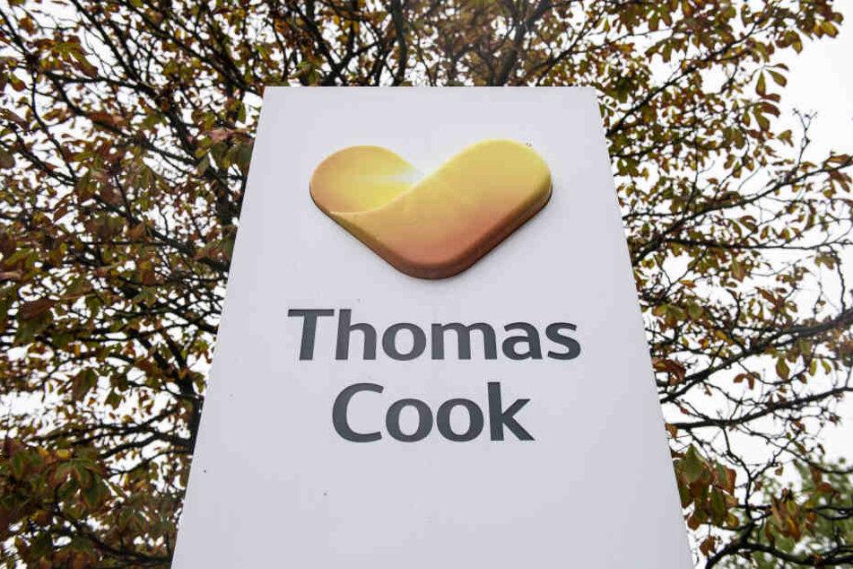 Ein Schild mit dem Logo des insolventen, britischen Reiseveranstalters Thomas Cook steht vor Zentrale des deutschen Ablegers.