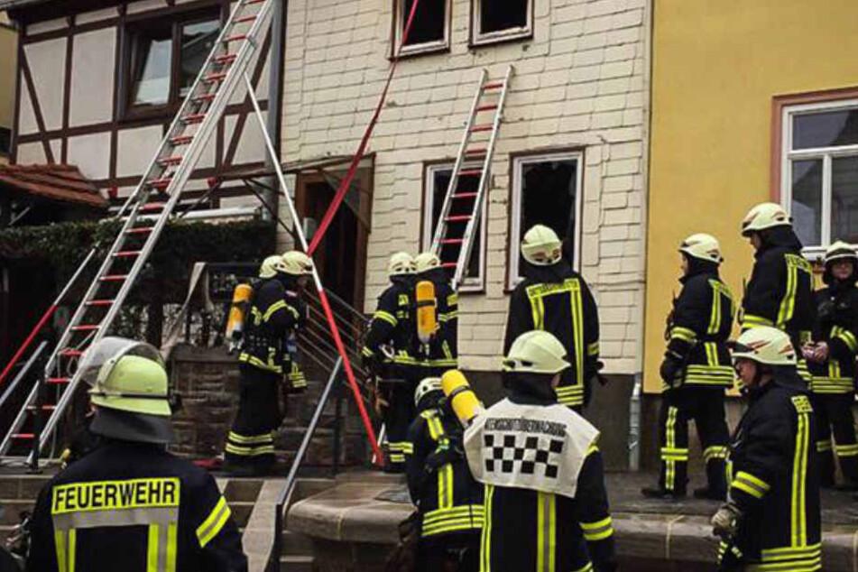 Nach dem Brand fanden die Feuerwehrbeamten eine verkohlte Leiche im Wohnhaus. (Symbolbild)