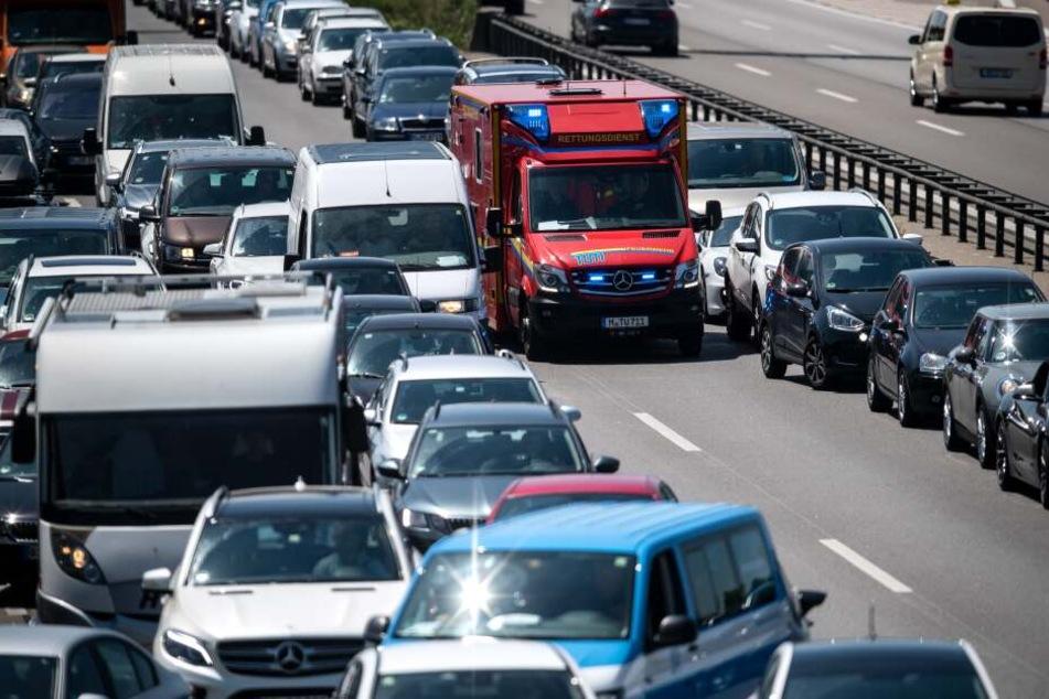 Nach einem Unfall auf der A9 musste die Autobahn gesperrt werden, der Verkehr staute sich. (Symbolbild)