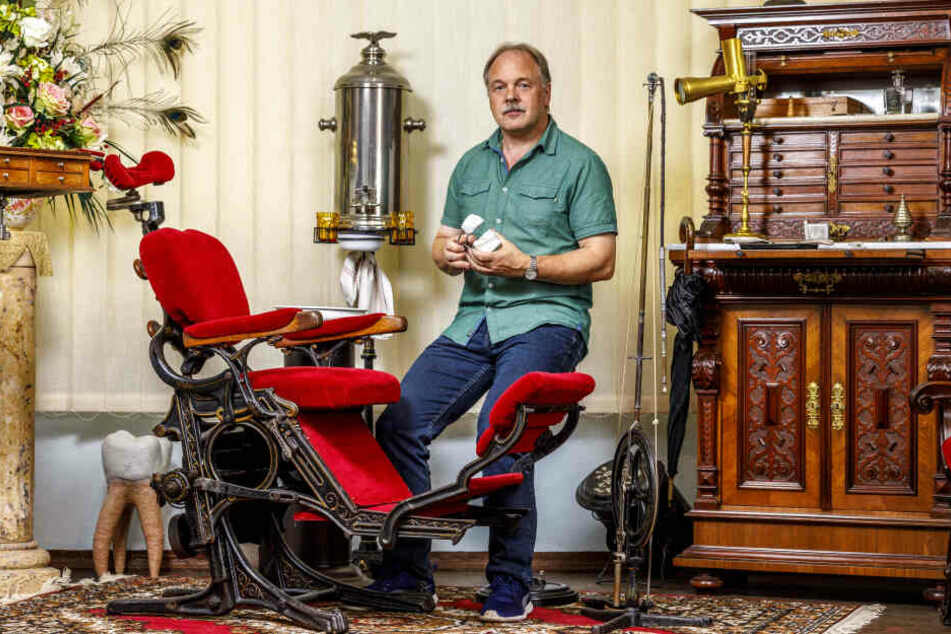 """Andreas Haesler (58) hat das Dentalhistorische Museum gegründet. Er sammelt und sucht alle Stücke in seiner Freizeit zusammen, kümmert sich um die Ausstellung und arbeitet """"nebenbei"""" als Zahntechniker."""