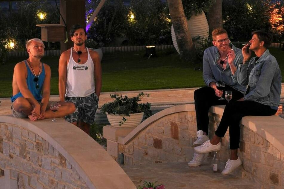 Eindeutige Grüppchenbildung: Während Aaron (l.) noch ein gutes Verhältnis zu Alex (2.v.l.) hat, wird er von Lars (2.v.r.) und Dominic gehasst.