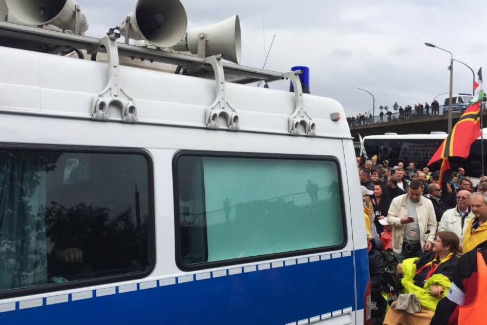"""Die Äußerung gegenüber PEGIDA """"entspricht nicht unserer Philosophie und wird einer Überprüfung unterzogen"""", so die Verantwortlichen der Polizei am Montagnachmittag."""