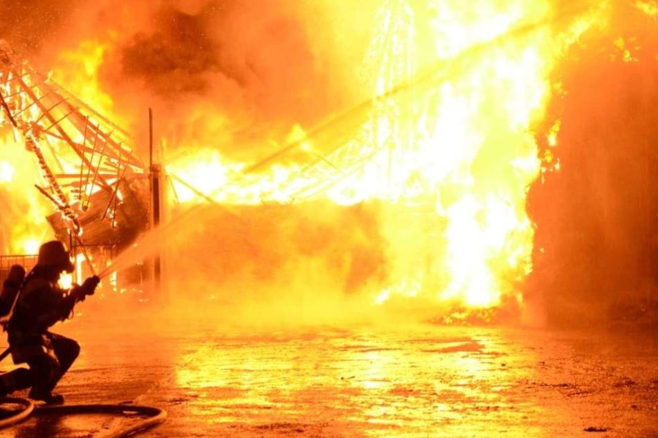Die Feuerwehr geht davon aus, dass der Brand von der Werkstatt ausging. (Symbolbild)