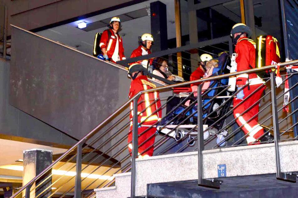 Feuer in Hochhaus ausgebrochen: Feuerwehr rettet verletzte Frauen aus Fahrstuhl