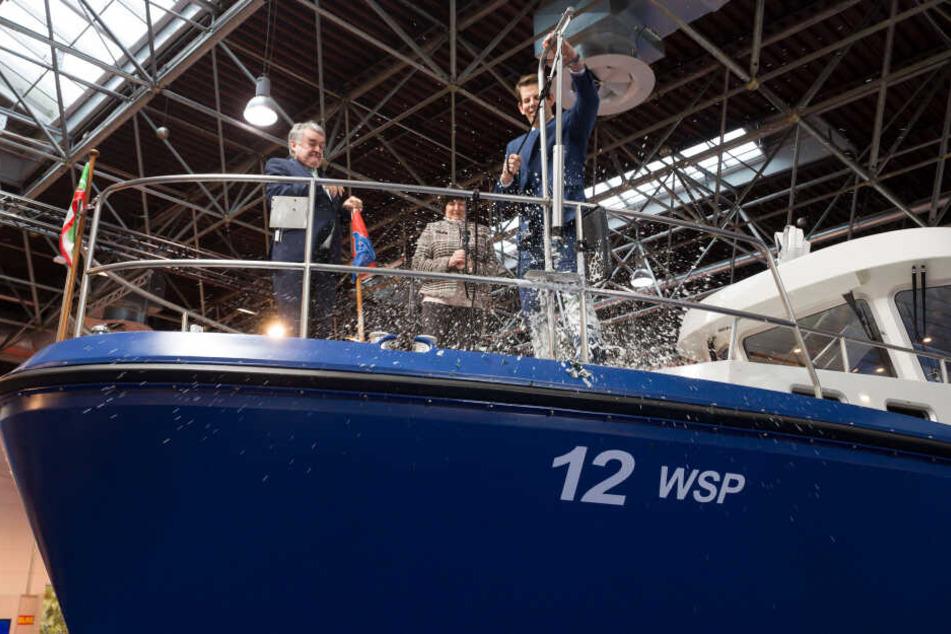 Elke Bartels (M), Polizeipräsidentin von Duisburg, Herbert Reul (CDU, l), Innenminister von Nordrhein-Westfalen und Alexander Siemer (r), Geschäftsführer der Herstellerwerft.