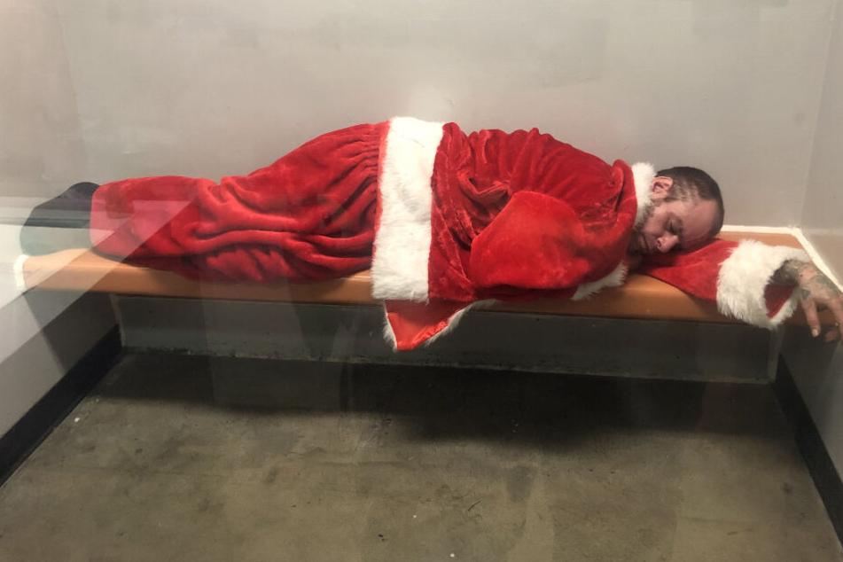 Festnahme! Was macht denn der Weihnachtsmann hier in der Zelle?