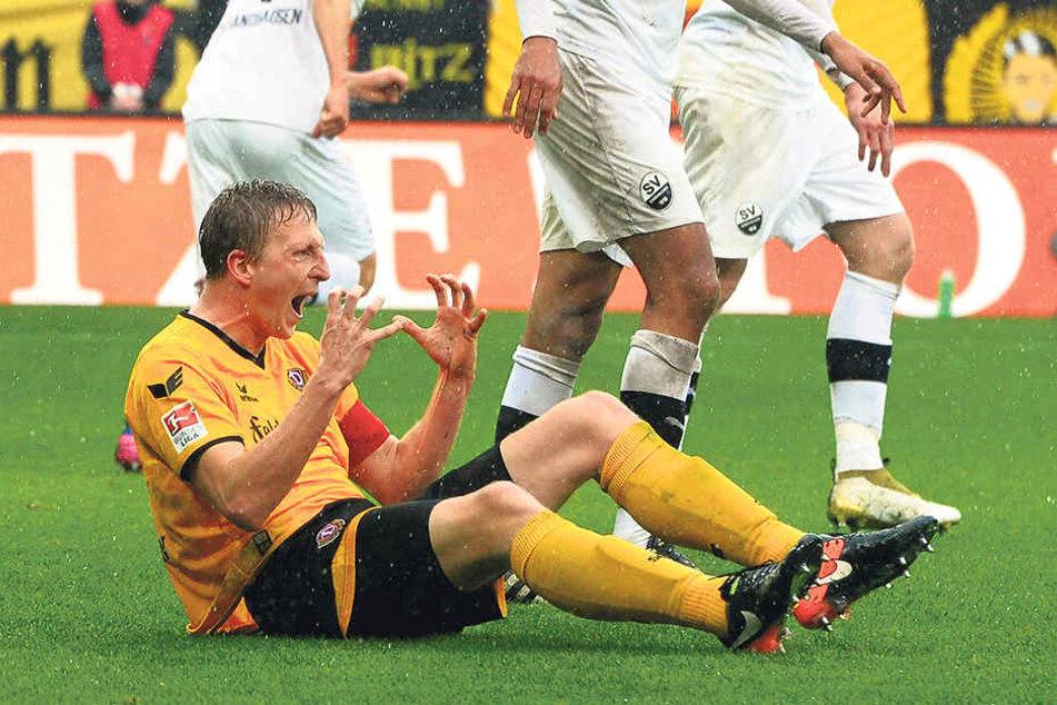 "Dynamo-Kapitän Marco Hartmann ärgert sich nach einem missglückten Kopfball.""Das war ganz schön blind..."""