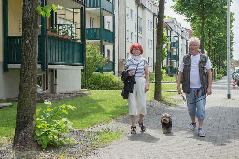 Erna (73) und Jürgen Kunze (74) sind jetzt besonders vorsichtig beim Gassigehen.