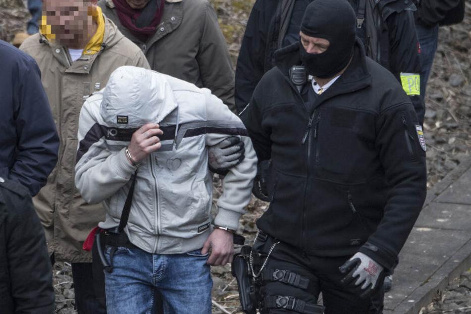 Im März 2019 kehrte Bashar (graue Jacke) im Rahmen eines Ortstermin an den Ort zurück, an dem er die 14-jährige Susanna ermordete.