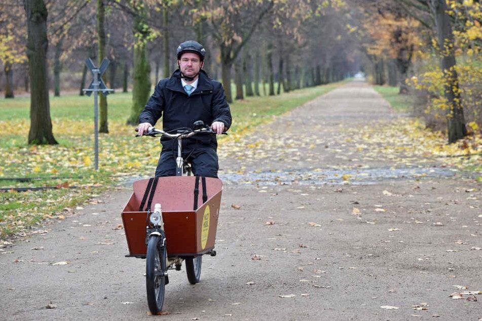 Baubürgermeister Raoul Schmidt-Lamontain (40, Grüne) fuhr gestern mit seinem Lastenfahrrad auf dem Radweg.