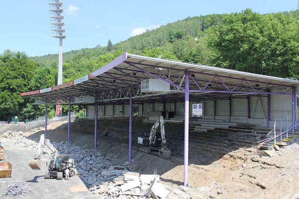 Der Jubel der Fans vom letzten Heimspiel ist verklungen. Die Südtribüne wird abgerissen, ist fast schon Geschichte.