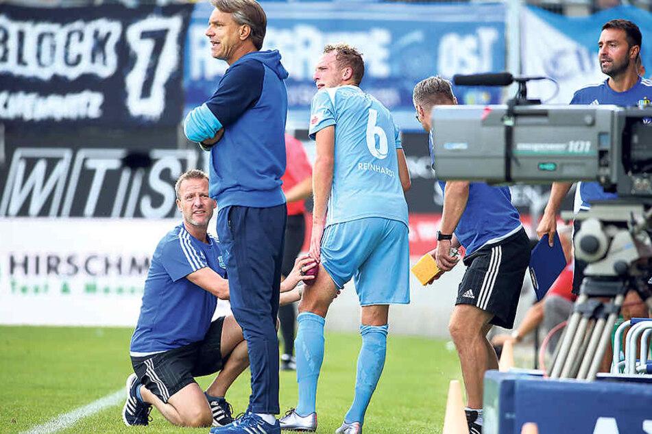 Julius Reinhardt (Nummer 6) steht nicht nur sinnbildlich hinter seinem Trainer Horst Steffen.
