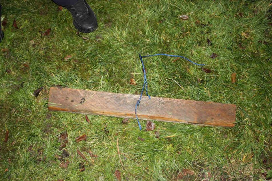 Die Falle war mit einer Kordel an einem Kantholz befestigt.