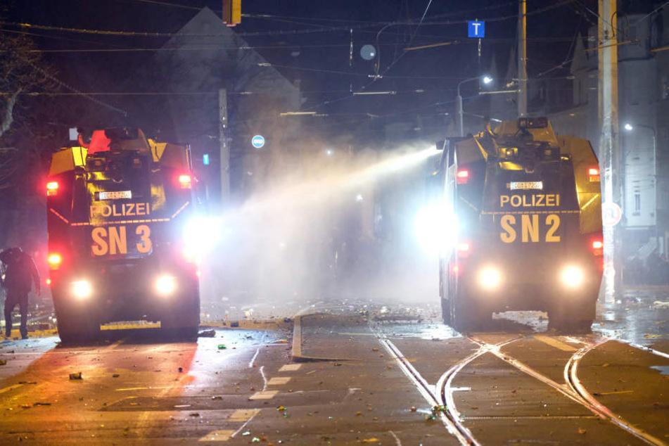 In der Silvesternacht löschten Wasserwerfer der Polizei Brände am Connewitzer Kreuz.