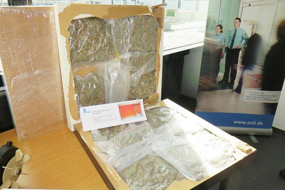 In diesen Tischplatten waren 10 Kilogramm Marihuana versteckt. Röntgenaufnahmen entlarvten den Schmuggler.