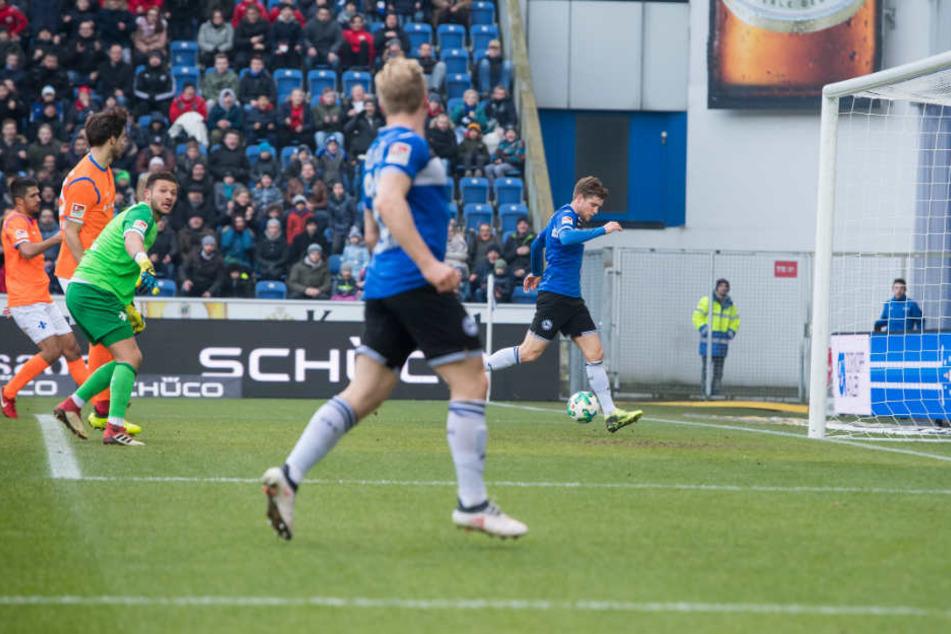 Patrick Weihrauch (rechts) ließ nach Zuspiel von Andreas Voglsammer (Mitte) die Alm in der 33. Minute beben.