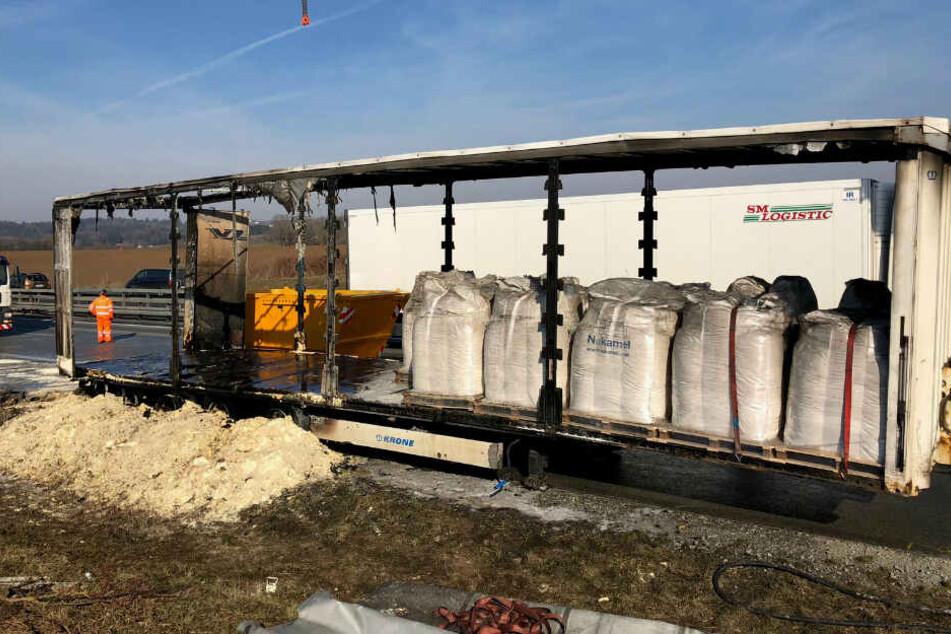 Lkw mit 22 Tonnen Schweinefutter fängt auf A3 Feuer
