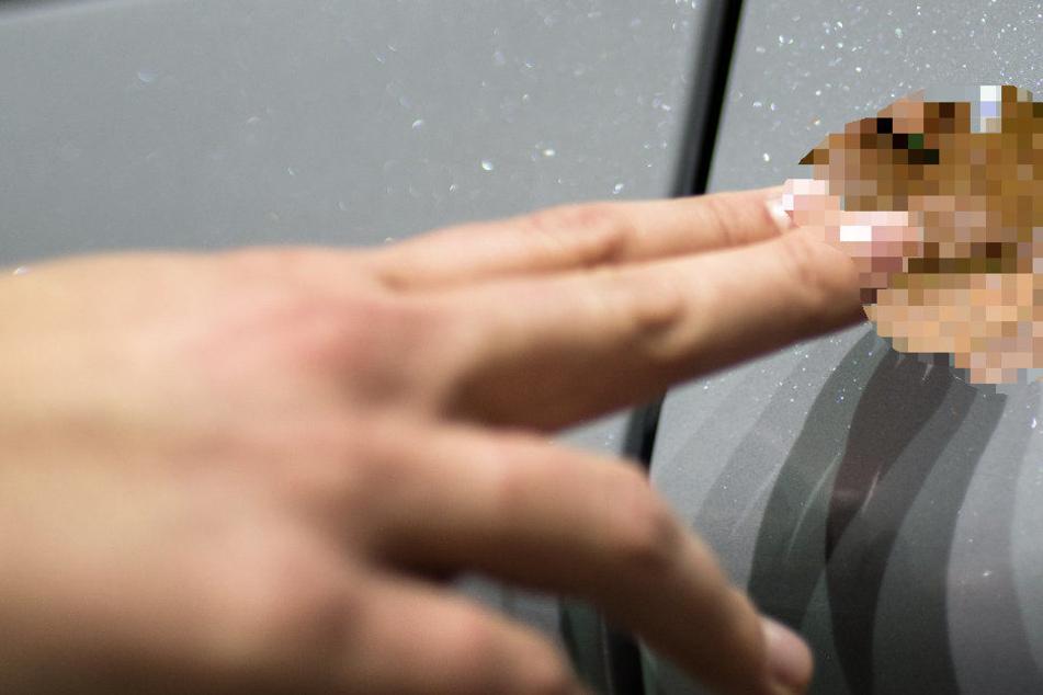 An der Beifahrertür wurde der Kot abgeschmiert. (Symbolbild)