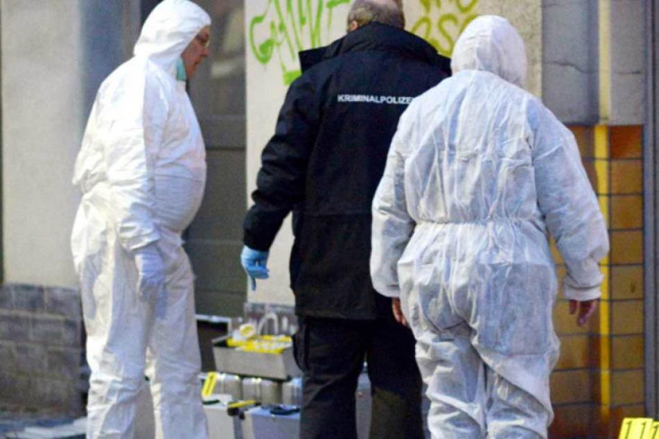 Ermittler bei der Spurensicherung am Tatort. (Symbolbild)