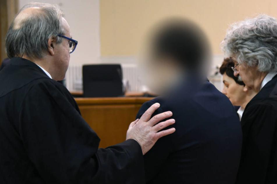 Der Angeklagte mit seinen Anwälten beim Beginn des Prozesses in Wuppertal.