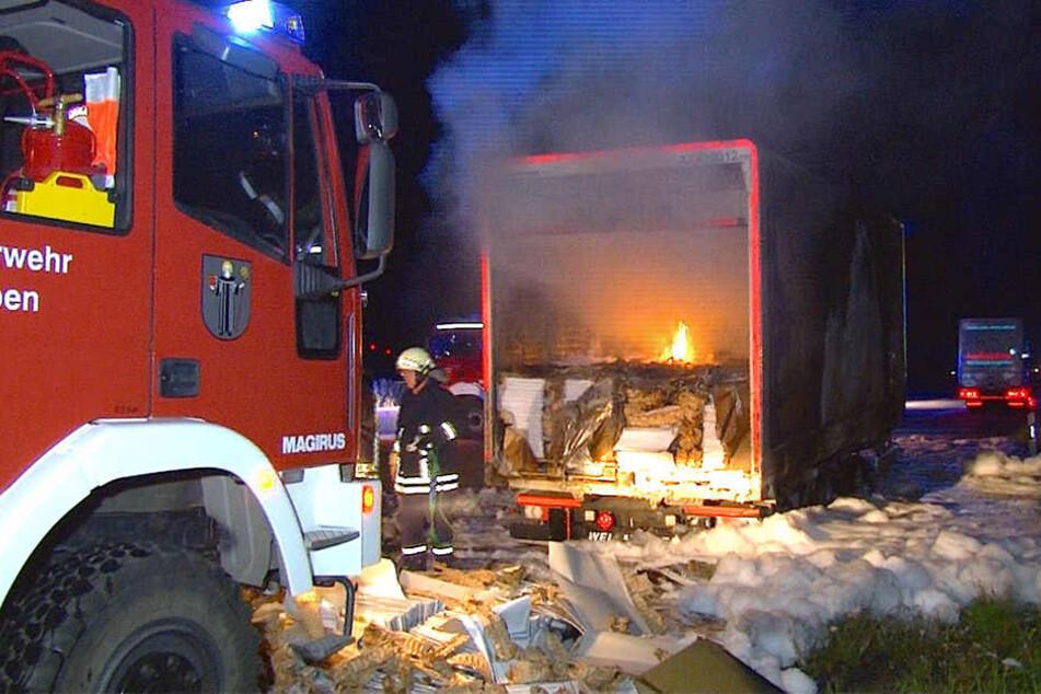 Aus bisher ungeklärter ging der Anhänger des Lkw's plötzlich in Flammen auf!