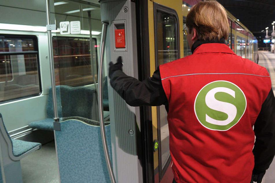Die Sicherheitsmitarbeiter begleiteten den Mann aus der S-Bahn, als er plötzlich ausrastete (Symbolbild)