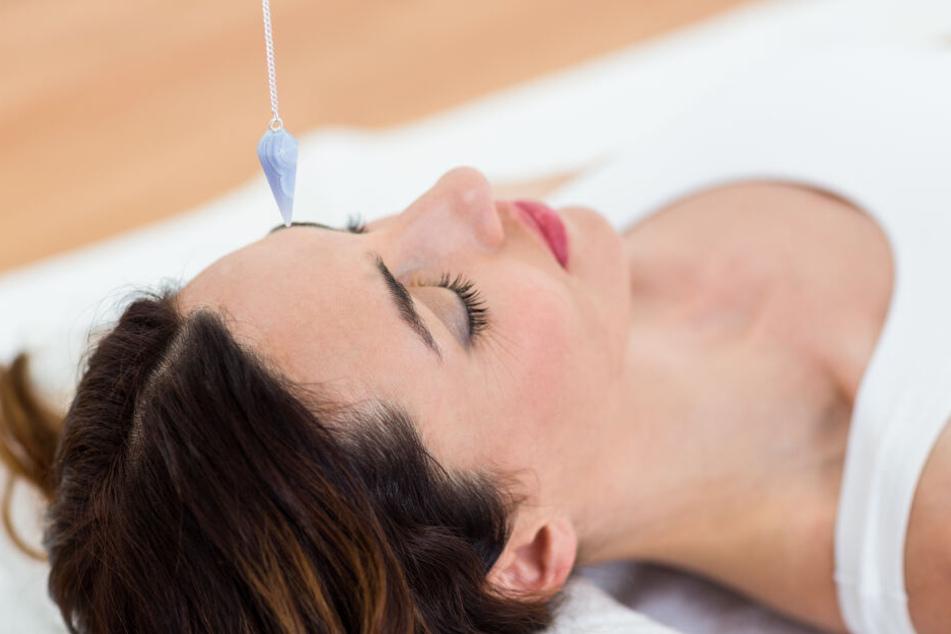 Ein Heilpraktiker steht unter Verdacht, eine Frau während der Hypnose sexuell genötigt zu haben (Symbolbild).