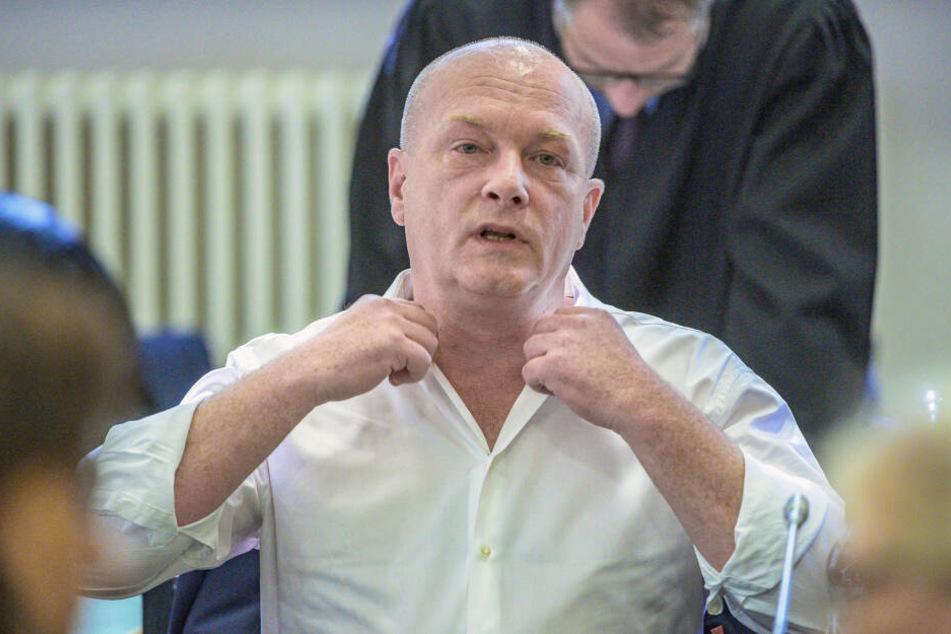 Der in einem Korruptionsprozess angeklagte suspendierte Regensburger Oberbürgermeister Joachim Wolbergs sitzt im Verhandlungssaal im Landgericht.