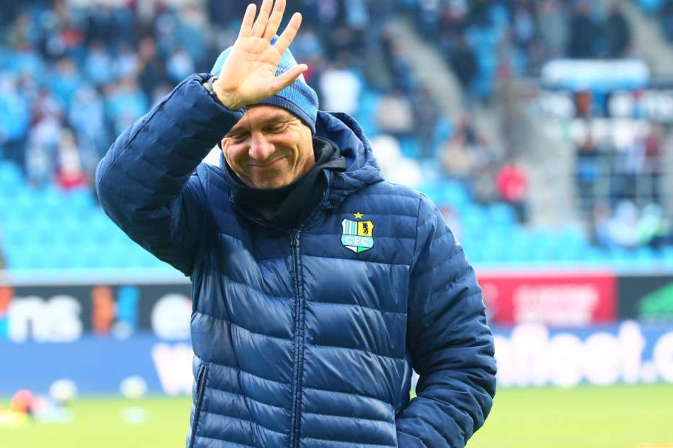 Angezählt, aber noch nicht am Boden: CFC-Trainer Horst Steffen darf das Team auf Magdeburg vorbereiten.
