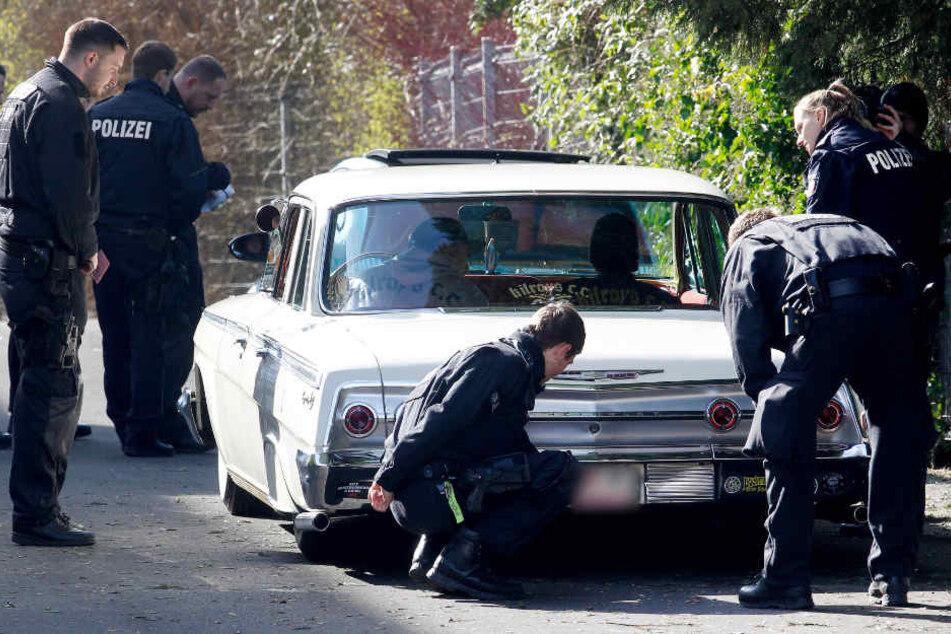 Polizisten kontrollieren ein getuntes Auto beim großen Tuning-Treffen in Bochum.