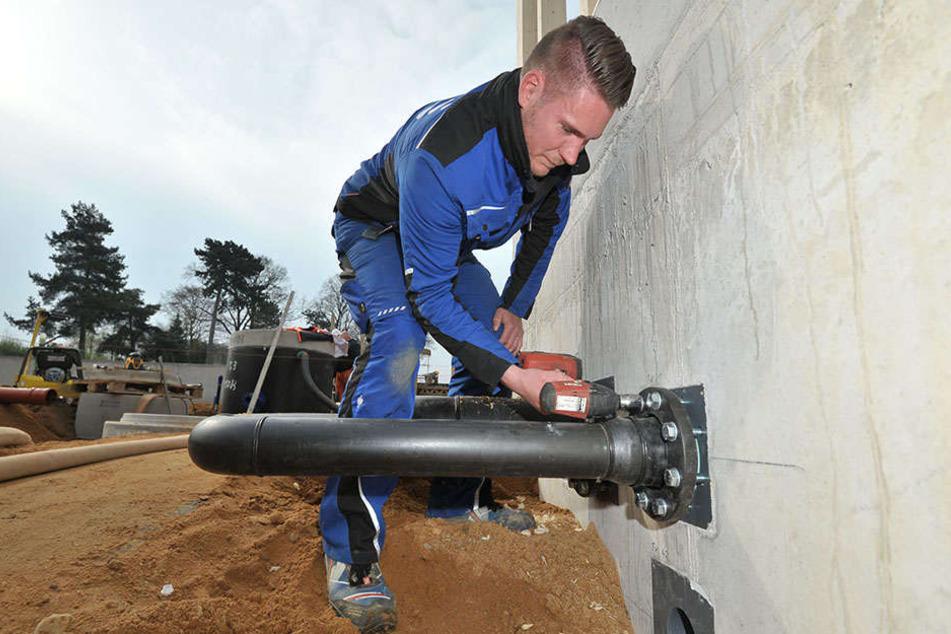 Wasser marsch: Robert Kwiatkowski (27) arbeitet an der Pumpstation des Sonnenbades.